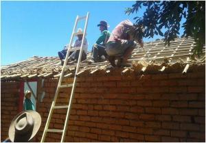 Colocando_em_pratica_o_compromisso_cristao,_reconstruindo_moradia_na_zona_rural_da_cidade